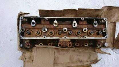 golovka bloka czilindrov s sedlami i napravlyayushhimi vtulkami klapanov v sb